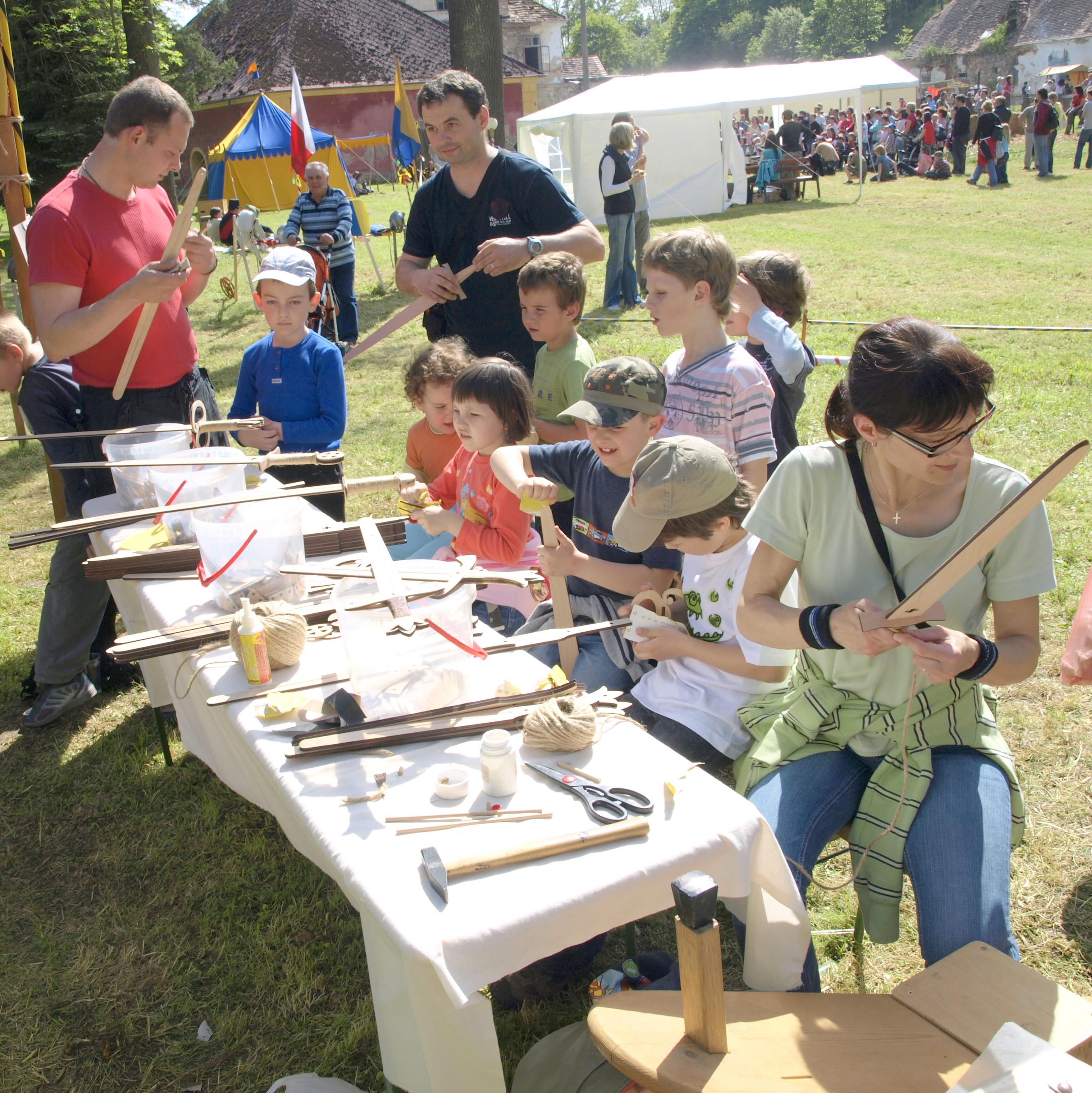 Děti vyrábí meče katzbalger z komponentů